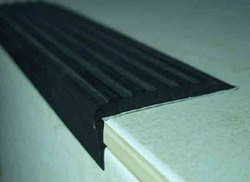 САМОКЛЕЙ угол 44 мм х 12,5 м рулон - накладка на ступени самоклеящаяся противоскользящая