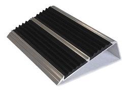 Накладка на ступени 74х27х1000 мм алюминиевая угловая противоскользящая с 2-мя резиновыми вставками